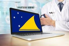 托克劳在技术题材的卫生保健系统 在显示器的旗子 站立与听诊器的医生在医院 Cryptocurrency? 免版税库存图片