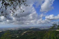 托尔法山的蓝天的一个白色云彩视图 免版税库存图片