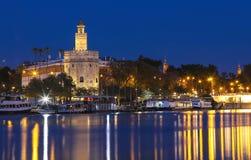 托尔del Oro -金子塔在瓜达尔基维尔河河,塞维利亚,西班牙的河岸的 免版税库存图片