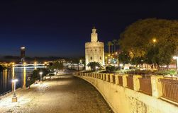 托尔del Oro -金子塔在瓜达尔基维尔河河,塞维利亚,西班牙的河岸的 库存图片