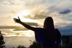 托尼亚Matvienko,乌克兰歌手,剪影angainst日落天空,生活音乐会在Pobuzke,乌克兰, 15 07 2017年,社论照片 库存照片