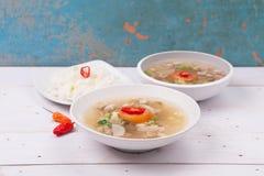 索托或coto或者印度尼西亚牛肉汤服务用白米、蕃茄、大豆和葱 免版税库存图片