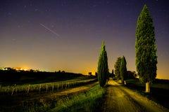托斯卡纳乡下公路和葡萄园在晚上 免版税库存图片