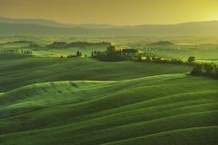 托斯卡纳春天,有薄雾的日落的绵延山 农村的横向 免版税库存照片