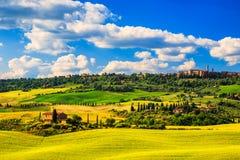 托斯卡纳春天,皮恩扎中世纪村庄 意大利siena 库存照片