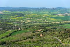 托斯卡纳的令人惊讶的鸟瞰图从Tentennano堡垒的  在卡斯蒂廖内多尔恰,托斯卡纳,意大利附近的美好的全景风景 免版税库存图片