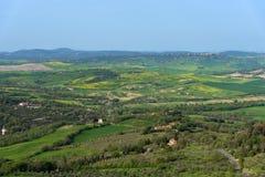 托斯卡纳的令人惊讶的鸟瞰图从Tentennano堡垒的  在卡斯蒂廖内多尔恰,托斯卡纳,意大利附近的美好的全景风景 库存图片