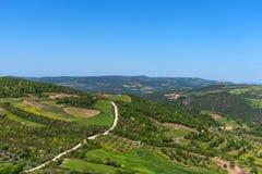 托斯卡纳的令人惊讶的鸟瞰图从Tentennano堡垒的  在卡斯蒂廖内多尔恰,托斯卡纳,意大利附近的美好的全景风景 图库摄影