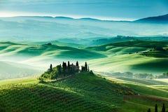 托斯卡纳的童话风景调遣在日出 库存照片