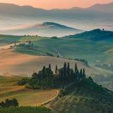 托斯卡纳的著名风景朦胧的早晨和日出的 免版税库存图片