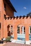 托斯卡纳谷镇中心意大利样式大厦装饰 库存图片
