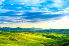 托斯卡纳,农村日落风景 乡下农场,白色的路 免版税图库摄影
