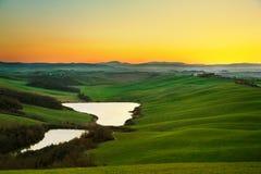 托斯卡纳,在日落,意大利的农村风景 湖和绿色领域 库存照片