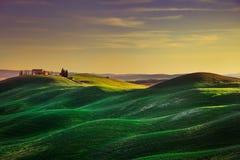 托斯卡纳,日落农村风景 绵延山,乡下农场 免版税库存照片