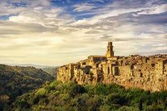 托斯卡纳,皮蒂利亚诺中世纪村庄全景风景 意大利 免版税库存照片