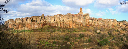托斯卡纳, Pitigliano中世纪村庄全景横向。 意大利 免版税库存照片