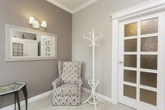托斯卡纳-扶手椅子在屋子里 免版税库存照片