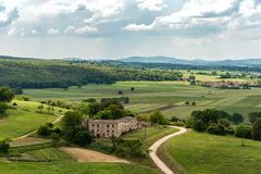 托斯坎乡下的看法从蒙特里久尼垒的锡耶纳省的  免版税库存照片