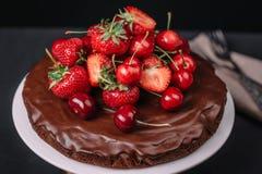托斯坎巧克力蛋糕用草莓和樱桃 免版税库存图片