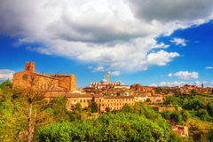 托斯坎市的一幅全景日落的锡耶纳 免版税库存图片