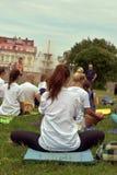 托木斯克俄罗斯- 2016年6月19日: :城市的居民在瑜伽的开放教训参与在中央公园 免版税库存图片