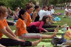托木斯克俄罗斯- 2016年6月19日: :城市的居民在瑜伽的开放教训参与在中央公园 图库摄影