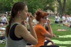 托木斯克俄罗斯- 2016年6月19日: :城市的居民在瑜伽的开放教训参与在中央公园 库存图片