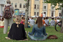 托木斯克俄罗斯- 2016年6月19日: :城市的居民在瑜伽的开放教训参与在中央公园 免版税库存照片