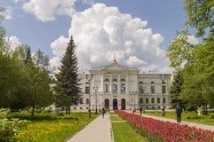 托木斯克,俄罗斯,全国研究托木斯克州立大学在夏日 2017年7月10日 全部郁金香 免版税库存图片