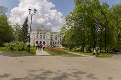 托木斯克,俄罗斯,全国研究托木斯克州立大学在夏日 2017年7月10日 全部郁金香 库存照片