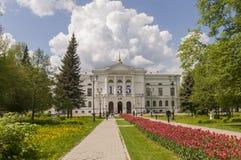 托木斯克,俄罗斯,全国研究托木斯克州立大学在夏日 2017年7月10日 全部郁金香 免版税库存照片