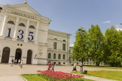 托木斯克,俄罗斯,全国研究托木斯克州立大学在夏日 2017年7月10日 全部郁金香 库存图片
