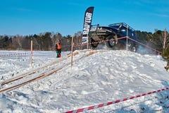 托木斯克,俄罗斯- 2018年2月17日:吉普冬天车展-敲响与障碍的种族,越野试验 跳跃从吉普 免版税图库摄影