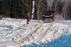 托木斯克,俄罗斯- 2018年2月17日:吉普冬天车展-敲响与障碍的种族,越野试验 跳跃从吉普 图库摄影