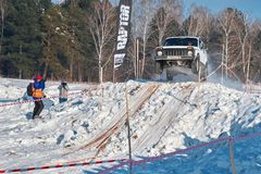 托木斯克,俄罗斯- 2018年2月17日:吉普冬天车展-敲响与障碍的种族,越野试验 跳跃从吉普 库存图片