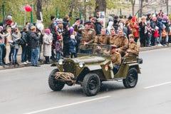 托木斯克,俄罗斯- 2016年5月9日:俄国军事运输在游行在每年胜利天, 5月, 9日, 2016年在托木斯克,俄罗斯 免版税库存照片