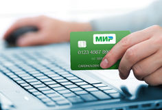 托木斯克,俄罗斯- 2017年1月19日:拿着MIR付款卡片的人 MIR是俄国国家付款系统 免版税库存图片