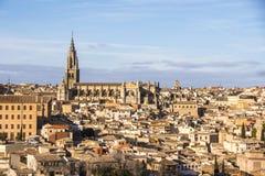 托莱多和毗邻房子大教堂的全景  西班牙 免版税库存图片
