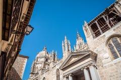 托莱多大教堂的低角度室外视图  免版税库存图片