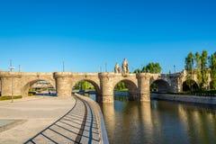 托莱多桥梁在曼萨纳雷斯河的在马德里 库存照片