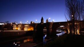 托莱多桥梁,普恩特de托莱多看法用西班牙语,在曼萨纳雷斯河,马德里,西班牙 库存照片