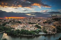 托莱多,卡斯提尔La Mancha,西班牙全景黄昏的 库存照片