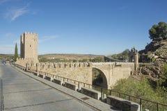 托莱多,卡斯蒂利亚-拉曼查/西班牙 2017年10月19日 Bridge de阿尔坎塔拉是其中一个门户到城市 免版税库存照片