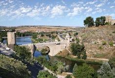 托莱多 在河塔霍河的阿尔坎塔拉桥梁 库存照片