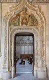 托莱多-看对在门户的哥特式心房在Monasterio圣胡安de los雷耶斯 免版税库存照片