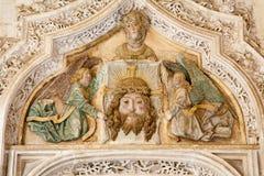托莱多-从莫纳斯特里奥圣胡安de los国王的圣约翰雷耶斯或修道院哥特式心房门户的细节  库存照片