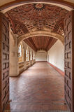 托莱多-莫纳斯特里奥圣胡安de los国王的圣约翰雷耶斯或修道院哥特式心房  免版税库存图片