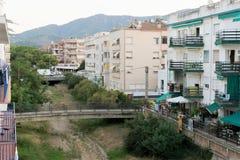 托萨德马尔,加泰罗尼亚,西班牙,2018年8月 一条干河和沿的居民住房的床的看法有桥梁的 库存照片
