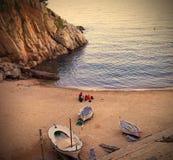托萨德马尔,卡塔龙尼亚,在海滩的一个安静的晚上与白色 免版税图库摄影