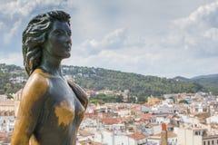 托萨德马尔,西班牙- 2016年9月14日:在美国女演员艾娃・加德纳镇和古铜雕象的看法在托萨德马尔 库存照片